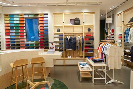 Singapur - CIRCA APRIL 2019: Innenaufnahme des Lacoste Stores im Flughafen Jewel Changi. Editorial