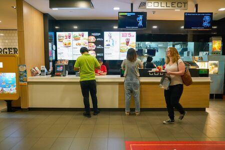 SINGAPUR - OKOŁO KWIETNIA 2019: McDonald's na międzynarodowym lotnisku Changi. Publikacyjne