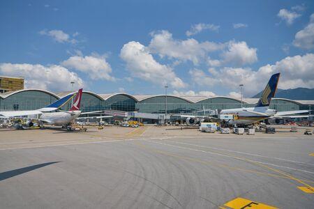 Hongkong, CHINA - CIRCA APRIL 2019: Flugzeuge von Cathay Dragon und Singapore Airlines auf dem Rollfeld des Hong Kong International Airport.
