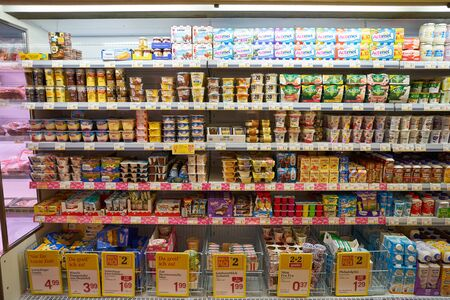 VIENA, AUSTRIA - CIRCA MAYO, 2019: toma interior de un supermercado BILLA en Viena. BILLA es una cadena de supermercados austriaca. Editorial
