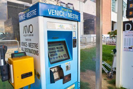 Venedig, ITALIEN - CIRCA MAI 2019: ein Selbstbedienungs-Ticketautomat am Flughafen Venedig Marco Polo