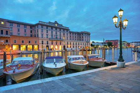WENECJA, WŁOCHY - OKOŁO MAJA 2019: łodzie na kotwicowiskach widziane w Wenecji.