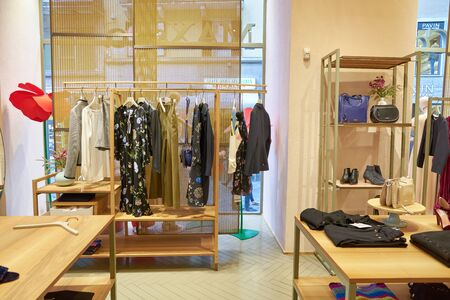 VERONA, ITALIEN - CIRCA MAI 2019: Innenaufnahme des MAX&Co Stores in Verona.