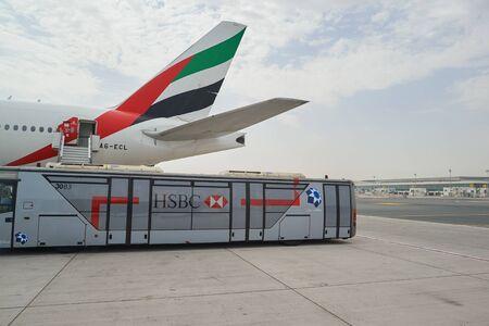 DUBAI, Vereinigte Arabische Emirate - ca. Juni 2015: Boeing 777 von Emirates Airlines am Dubai International Airport betrieben. Editorial