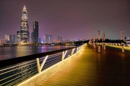 SHENZHEN, CHINA - 15. APRIL 2019: Blick auf die Star Avenue of Talents mit China Resources Shenzhen Bay im Hintergrund bei Nacht.