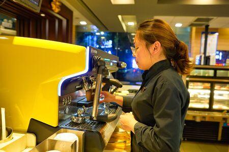 SHENZHEN, CHINA - CIRCA ABRIL, 2019: barista preparar café en McCafe en Shenzhen, China. Editorial