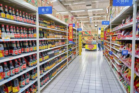 SHENZHEN, CHINA - CIRCA ABRIL, 2019: toma interior de la tienda Walmart en Shenzhen, China.