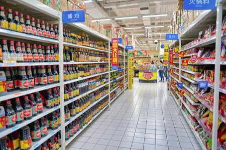 SHENZHEN, CHINE - CIRCA AVRIL 2019 : photo de l'intérieur du magasin Walmart à Shenzhen, Chine.