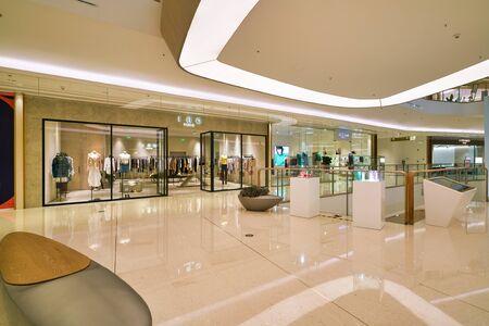 SHENZHEN, CHINA - 15. APRIL 2019: Innenaufnahme des Einkaufszentrums MixC Shenzhen Bay.