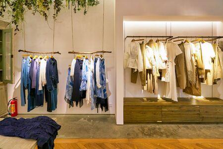 SHENZHEN, Chiny - OKOŁO KWIETNIA 2019: Ujęcie wnętrza początkowego sklepu detalicznego w centrum handlowym w Shenzhen.