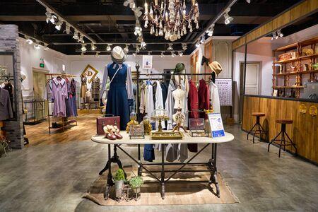 SHENZHEN, CINA - CIRCA NOVEMBRE 2019: abbigliamento in mostra presso il negozio D-Harry nel centro commerciale Wongtee Plaza di Shenzhen