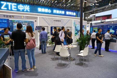 SHENZHEN, Chiny - OKOŁO LISTOPADA 2019: Przestrzeń ZTE na China Hi-Tech Fair 2019 w Shenzhen Convention & Exhibition Center. Publikacyjne