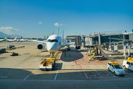 HONG KONG, Chiny - OKOŁO LISTOPADA 2019: Cathay Pacific Airbus A350 na asfalcie na międzynarodowym lotnisku w Hongkongu.