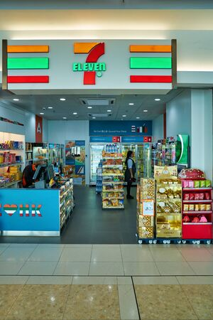 HONG KONG, CHINA - CIRCA NOVEMBER 2019: 7-eleven Convenience Store im internationalen Flughafen Hongkong. Editorial