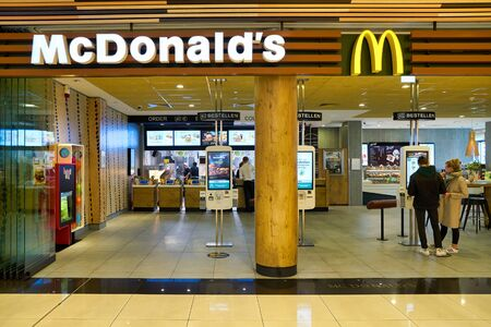 BERLIN, ALLEMAGNE - CIRCA SEPTEMBRE 2019 : entrée du restaurant McDonald's à Berlin.