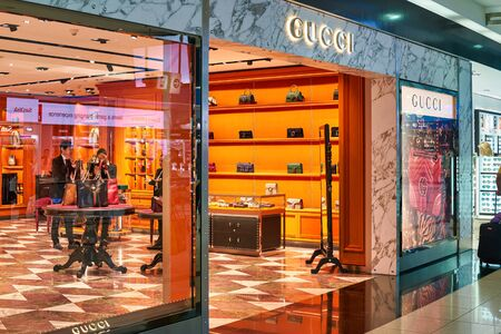 DUBAI, UAE - CIRCA JANUARY 2019: storefront of Gucci store in Dubai International Airport. 에디토리얼