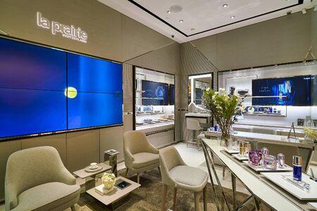 HONG KONG, CHINA - CIRCA JANUARY, 2019: interior shot of La Prairie store in New Town Plaza shopping mall 版權商用圖片 - 143144005