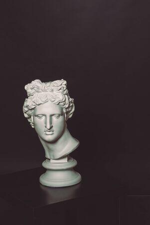 statue grecque: la t�te de la t�te Apollo d'une statue grecque sur la table