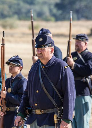 vestidos de epoca: Reenactors de la guerra civil antes de que un simulacro de batalla en el norte de California.