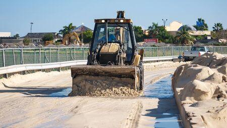 arando: Arando la carretera en Maho Beach, St. Maarten