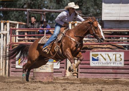 Barrel Racer op de rodeo in Cottonwood, Californië.