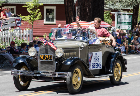 Graeagle, California, USA- July 5, 2015:A group called the Has Beens rides their vintage car on the parade route during the Mohawk Valley Independence Day Celebration. Banco de Imagens - 48944521