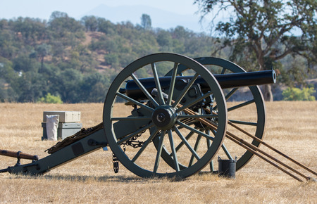 vestidos de epoca: Era Guerra Civil Cannon, reconstrucción de la guerra civil Foto de archivo