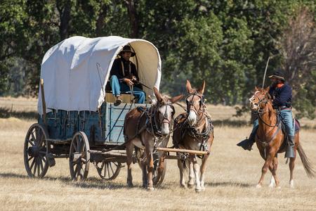 Het verdedigen van de levering wagen, Burgeroorlog Reenactment in Anderson, Californië.