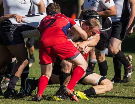 highlander: Un Shasta Highlander se abord� por Sacramento Blackhawks roja en un torneo de rugby en Redding, California 8 de noviembre de 2014.