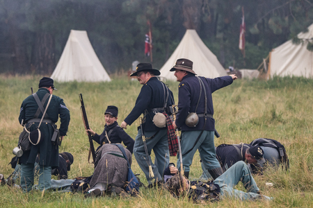 under fire: soldados de la Uni�n bajo el fuego en una recreaci�n de la Guerra Civil en Graeagle, California.