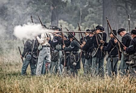 vestidos de epoca: soldados de la Unión para abrir fuego en una recreación de la Guerra Civil en Graeagle, California. Editorial