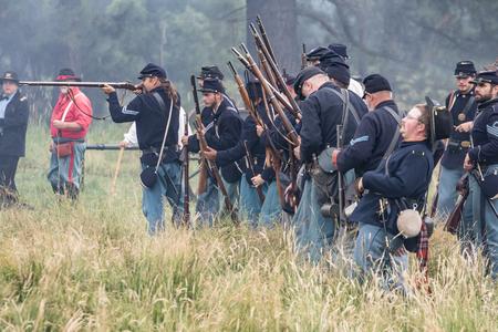 vestidos de epoca: soldados de la Unión en el combate a la reconstrucción de la guerra civil Graeagle en Graeagle, California.