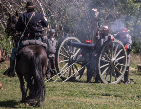 red bluff: Cannon crew fights back  at Dog Island  Civil War Reenactment, Red Bluff, California Editorial