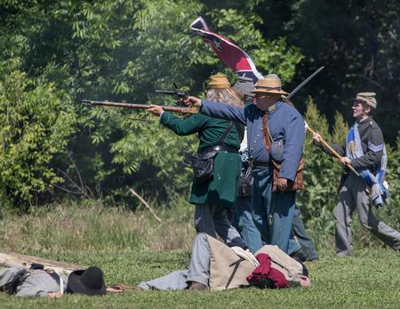 vestidos de epoca: La infantería confederada en el ataque en la isla del perro reconstrucción de la guerra civil, Red Bluff, California