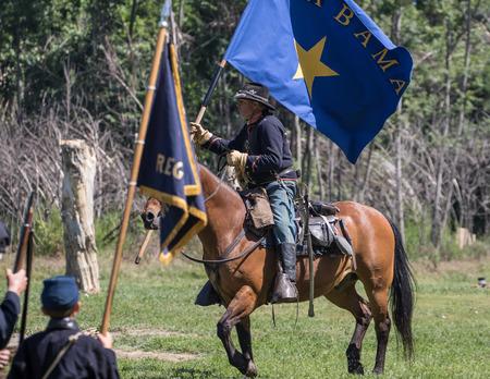 vestidos de epoca: oficial de uni�n con una bandera rebelde capturado en la isla del perro reconstrucci�n de la guerra civil, Red Bluff, California