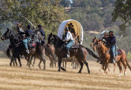 Cavalerie scouts in oorlog in een burgeroorlog re-enactment op Hawes Farm in Anderson, Californië.