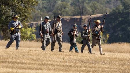 vestidos de epoca: soldados confederados en una recreación de la Guerra Civil en Hawes Granja en Anderson, California. Editorial