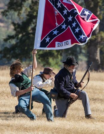 vestidos de epoca: soldados confederados en una recreaci�n de la Guerra Civil en Hawes Granja en Anderson, California. Editorial