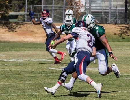 gavilan: partido de fútbol americano con Gavilan vs universidad de Shasta (verde). 5 ª de sept el, el año 2015 Redding, California. Editorial