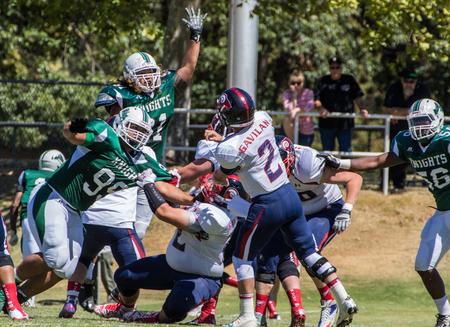 gavilan: partido de f�tbol americano con Gavilan vs universidad de Shasta (verde). 5 � de sept el, el a�o 2015 Redding, California. Editorial