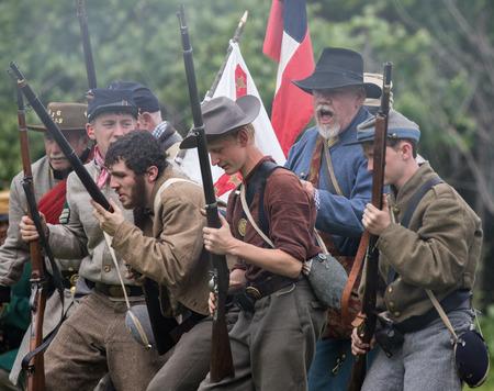 vestidos de epoca: Reenactors de la guerra civil en la batalla en el perro de la isla de recreación en la Red Bluff, California.