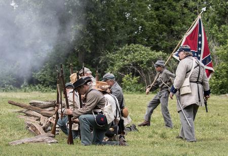 vestidos de epoca: Los soldados confederados de la guerra civil en la isla del perro recreación en Red Bluff, California.