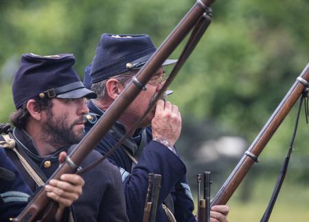 vestidos de epoca: soldados de la unión de la guerra civil en la isla del perro recreación en Red Bluff, California. Editorial