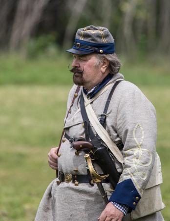vestidos de epoca: reenactor de la guerra civil en la recreaci�n Dog Island en Red Bluff, California.