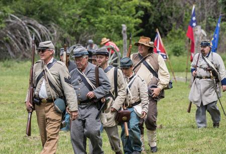 vestidos de epoca: Soldados de la guerra civil en la acci�n en la recreaci�n Dog Island en Red Bluff, California. Editorial