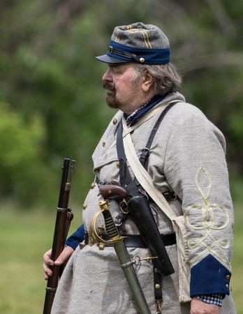 vestidos de epoca: reenactor de la guerra civil en la recreación Dog Island en Red Bluff, California.
