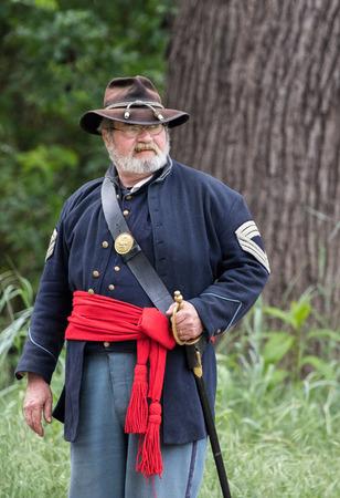 vestidos de epoca: Guerra Civil recreadores en el perro de la isla de recreación en la Red Bluff. California.