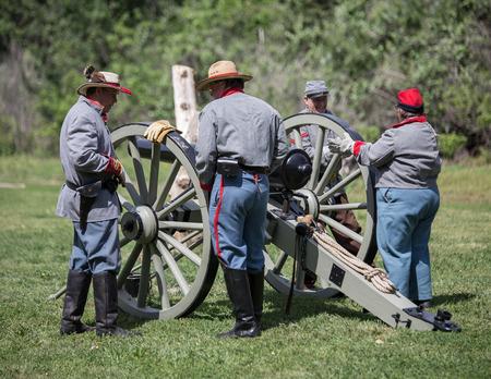 vestidos de epoca: acción recreación de la Guerra Civil en Dog Island, Red Bluff, California.