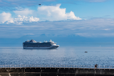 Cruise ship sailing to  the harbor of Victoria, Canada. Редакционное