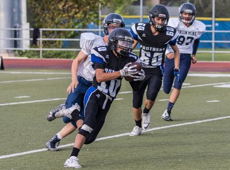 gavilan: la acción del fútbol de alta escuela en Redding, California.